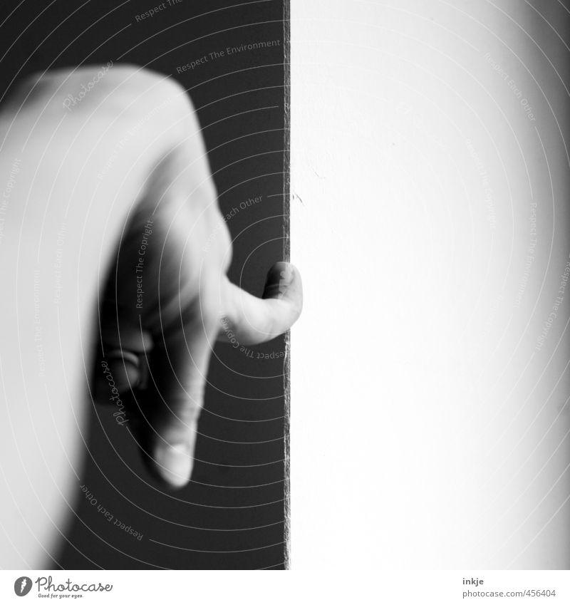 Das ist genau da schwarz weiß grau Leben Hand Finger 1 Mensch Linie Grenze Am Rand Ecke Trennung zeigen Zeigefinger druckfest Druck Schwarzweißfoto