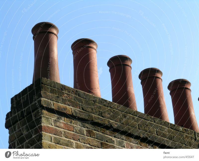 Schornsteine England London Haus Keramik Backstein Mauer Dach Tradition 5 Architektur Rauch blau Menschenleer rund nebeneinander Wolkenloser Himmel Sims