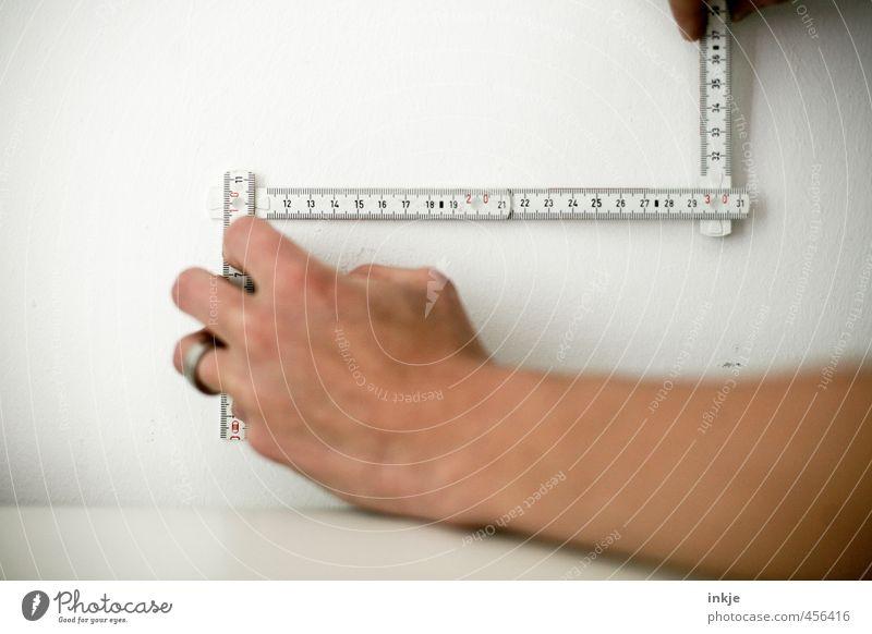 dreissisch Mensch weiß Hand schwarz Wand Mauer Linie planen Ziffern & Zahlen Baustelle festhalten Handwerk Kontrolle Werkzeug Handwerker Genauigkeit