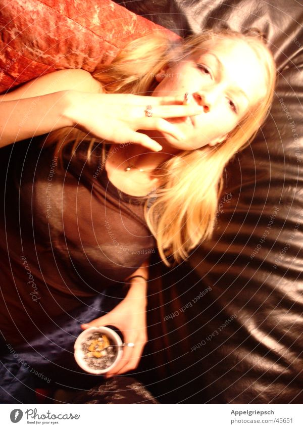 faszinierende Verführung Frau rot schwarz blond Rauchen Aschenbecher