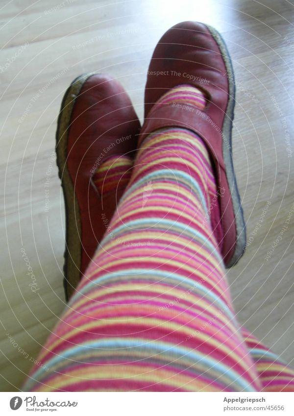 warten, warten, warten, ..... Frau rot Fuß Schuhe Beine Laminat Ringelstrümpfe