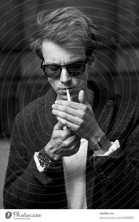 Martin Mensch Jugendliche Junger Mann Erwachsene 18-30 Jahre maskulin ästhetisch Coolness Rauchen eckig Künstler