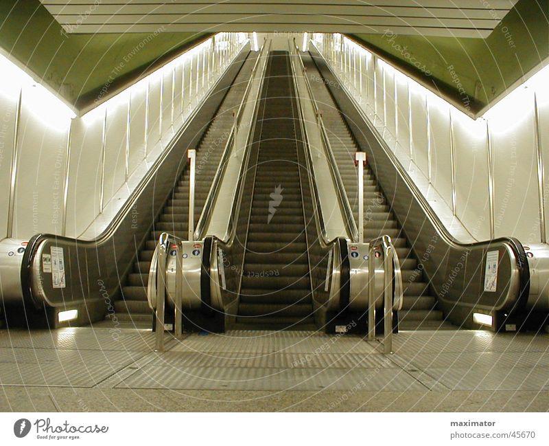 Rolltreppe Innenarchitektur Beleuchtung Bewegung Metall Treppe Technik & Technologie leer hoch Güterverkehr & Logistik lang aufwärts abwärts U-Bahn Bahnhof
