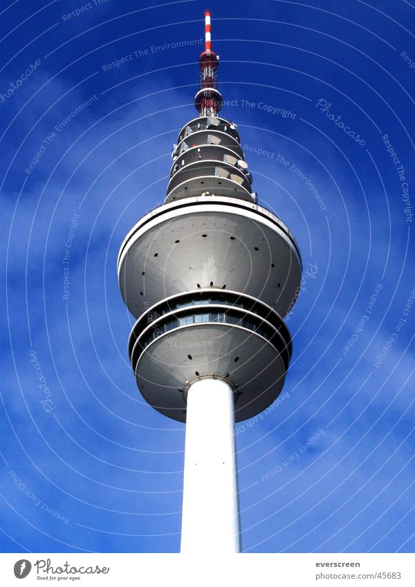 Fernsehturm Himmel blau Beleuchtung grau Hamburg Fernsehen Radio Funken senden Frequenz Fernsehsender Turm ARD NDR ZDF