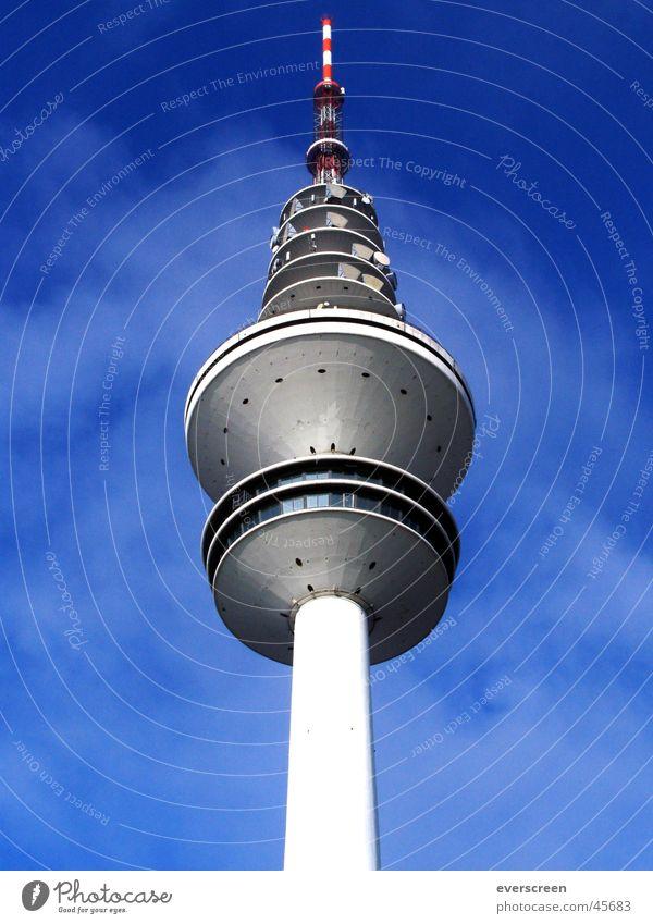 Fernsehturm Radio NDR Pro7 senden Frequenz grau Fernsehen Hamburg RTL ZDF ARD Funken funker Beleuchtung Himmel blau Hamburger Fernsehturm