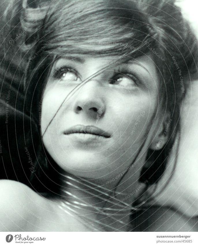 glamorous Frau Gesicht Große Augen Blick zur Seite Schwarzweißfoto erwatungsvoll