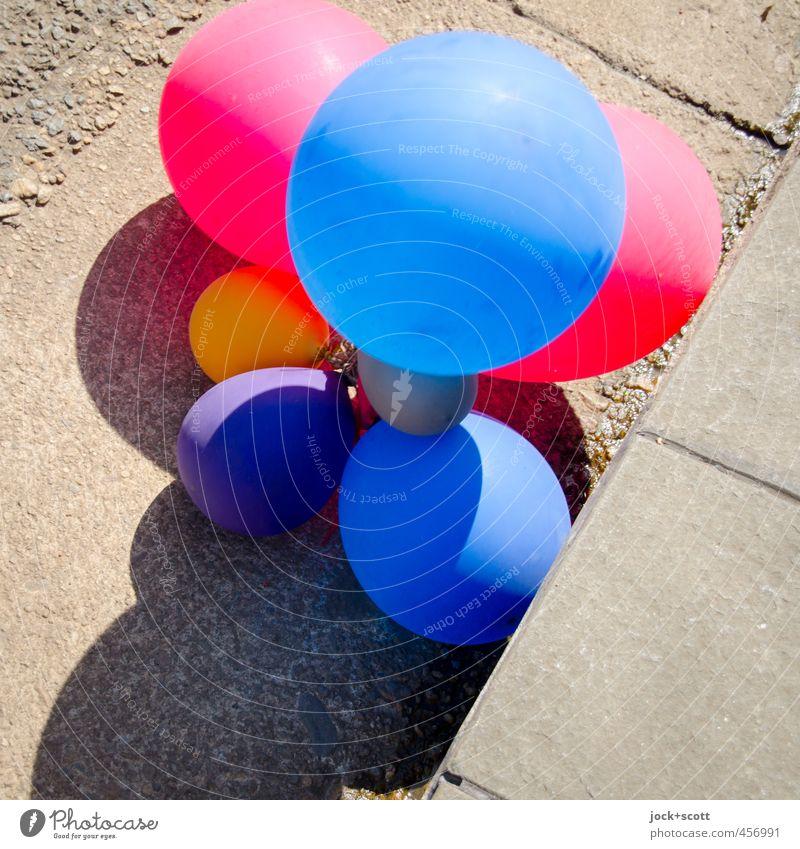 half-full, half-empty Party Straße Bordsteinkante Bodenplatten Luftballon Kunststoff einfach halbvoll abnehmend Fundstelle Schatten Zusammenhalt Verbundenheit