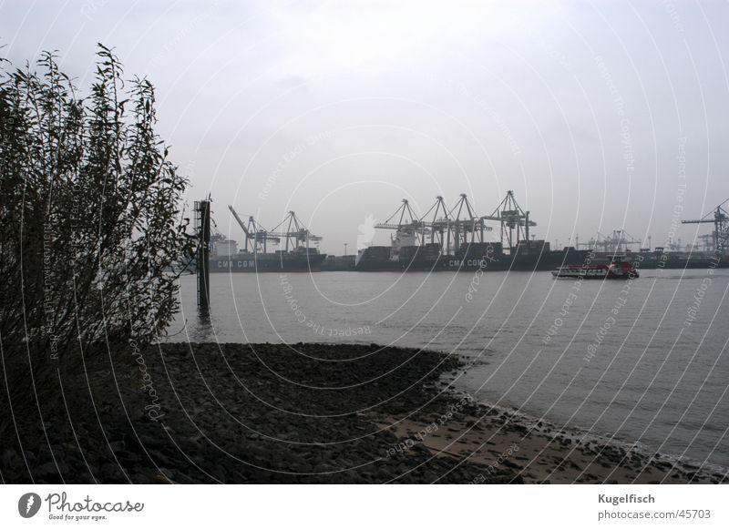 Hafengrau Herbst Wasserfahrzeug Küste Hamburg Industrie trist Fluss Kran Elbe schlechtes Wetter