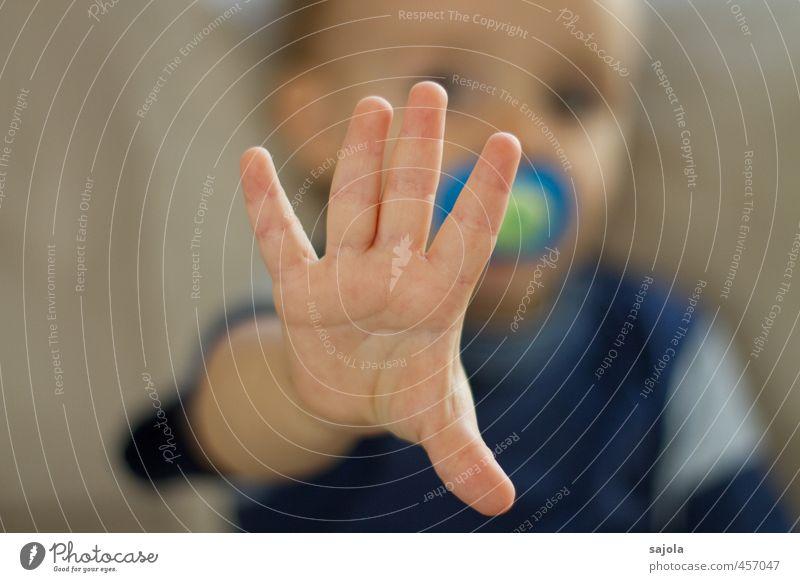 NEIN!!! Mensch maskulin Kleinkind Junge Hand 1 1-3 Jahre sitzen rebellisch Unlust Ablehnung nein abweisend ausgestreckt abwehrend Abwehrhaltung trotzig
