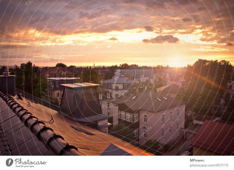 die sommersonne geht Stadt Haus hoch Dach Wolkenloser Himmel Skyline Dresden Süden Blendenfleck Einfamilienhaus bevölkert Sommerabend Blendeneffekt Giebelseite