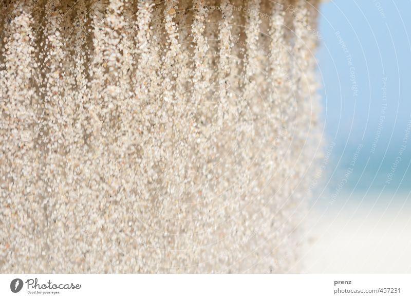 Ostseesand Umwelt Natur Sand Sommer Küste Strand blau grau Sandkorn rieseln Urlaubsfoto Linie vertikal Farbfoto Außenaufnahme Experiment Textfreiraum rechts Tag