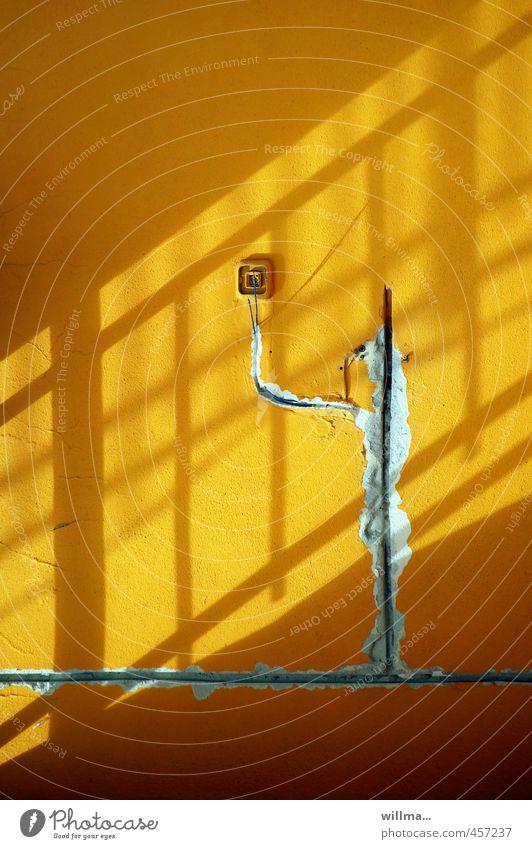 offenlegung heimwerken Handwerk Mauer Wand Fassade gelb Leitung Lichtspiel Lichteinfall Schatten Kabel Putz Aufputzinstallation Steckdose Lichtschalter