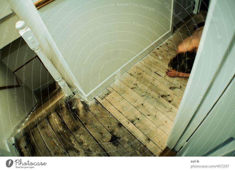 Nachwirkungen Häusliches Leben Haus androgyn Junger Mann Jugendliche 1 Mensch 18-30 Jahre Erwachsene Mauer Wand Treppe langhaarig Armut dunkel trist Traurigkeit