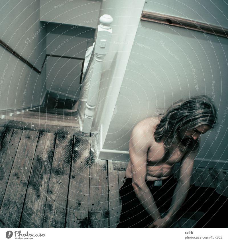 aus dem Nichts Häusliches Leben Haus maskulin Junger Mann Jugendliche 1 Mensch 18-30 Jahre Erwachsene Mauer Wand Treppe blond langhaarig dunkel muskulös trist