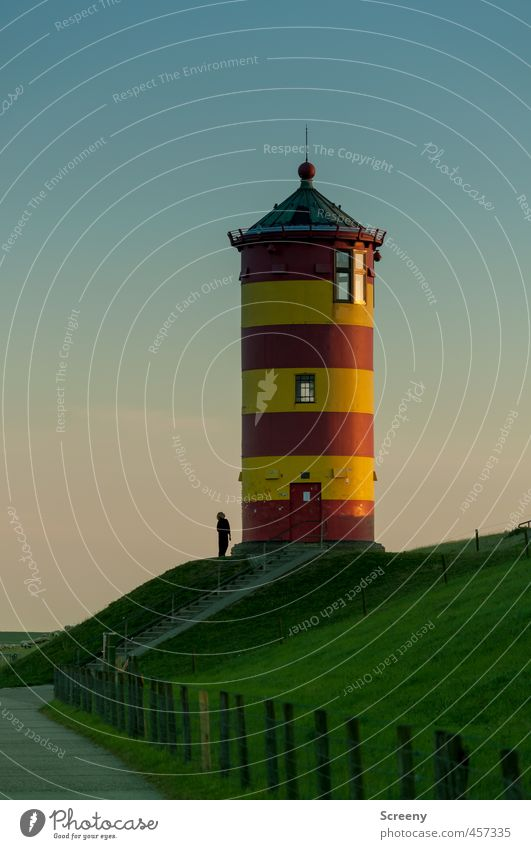 Da guckst Du... Leuchtturm Gebäude Sehenswürdigkeit Schifffahrt Sicherheit Tourismus Farbfoto Außenaufnahme Abend Dämmerung Kontrast Silhouette Sonnenaufgang