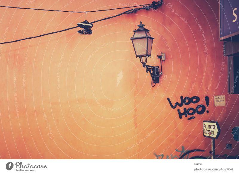Terrakotta Stadt alt rot Haus Wand Architektur Graffiti Gebäude Mauer Fassade Häusliches Leben trist Schilder & Markierungen Hinweisschild historisch Kabel