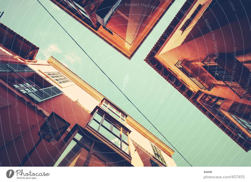 Guggn, ob von oben was Gutes kommt ... Ferien & Urlaub & Reisen alt Stadt Sommer rot Haus Fenster Wärme Wand Mauer Fassade Häusliches Leben Aussicht fantastisch