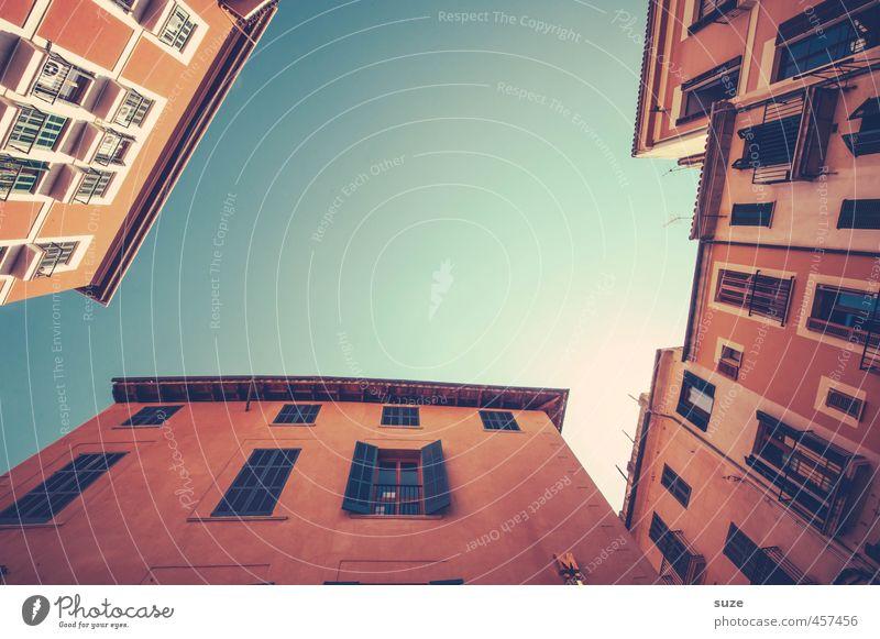 Unter sich Ferien & Urlaub & Reisen Tourismus Städtereise Sommer Häusliches Leben Haus Stadt Hauptstadt Altstadt Gebäude Architektur Fassade Balkon Fenster alt