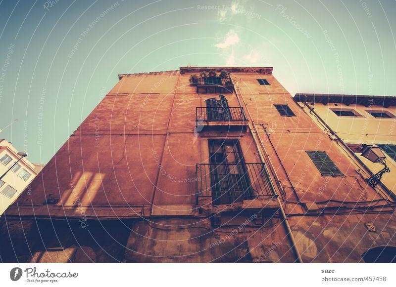 Hier wird gelebt. Ferien & Urlaub & Reisen alt Stadt rot Haus Fenster Wand Reisefotografie Architektur Gebäude Fassade Häusliches Leben trist fantastisch