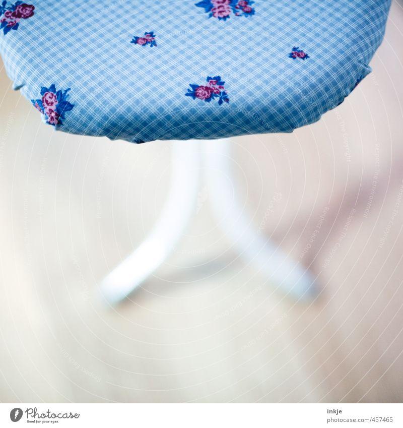 Blumen für die Hausfrau Lifestyle Häusliches Leben Bügelbrett Blumenmuster kariert schön blau Alltagsfotografie bügeln Stoffmuster penibel Farbfoto