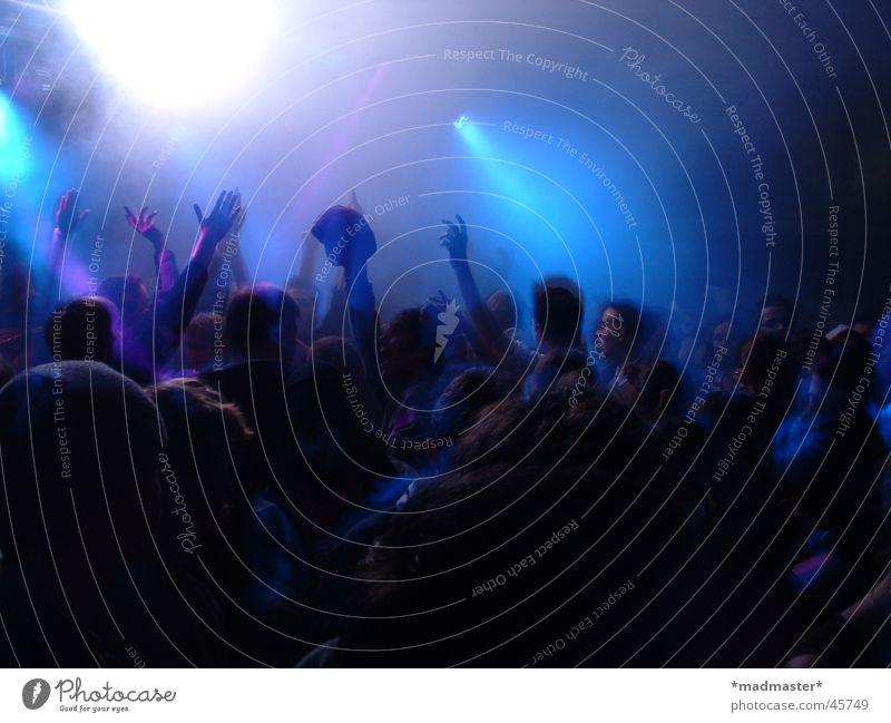 Bewegte Massen Party Schulparty Licht Hand Menschengruppe blau Partygast