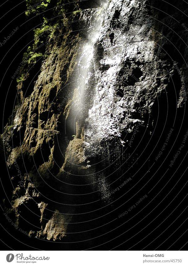 Wasserfall in Partnachklamm Stein Licht Schatten Felsen