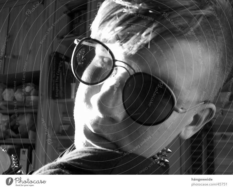 Punk mit Brille Sonnenbrille Grauwert Mann Schwarzweißfoto Stachelhalsband geblandet Blick Coolness