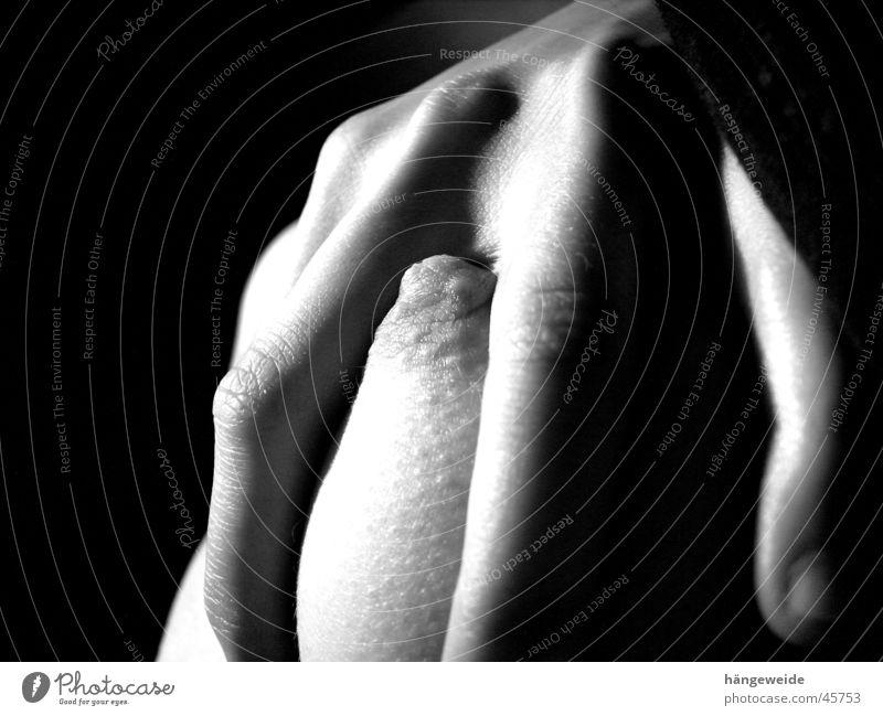 ergriffen Frau Hand Brust gefangen greifen Brustwarze Schwarzweißfoto Grauwert