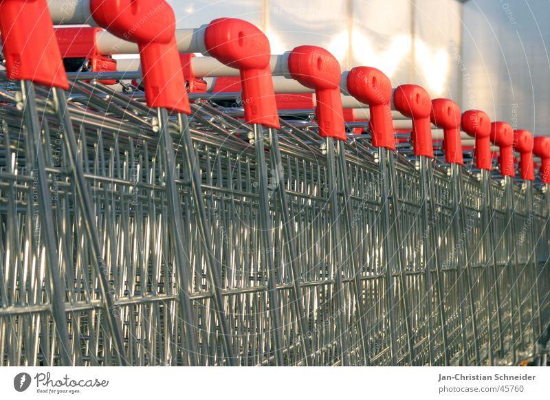 Einkaufswagenschlange rot Metall obskur silber Eisen