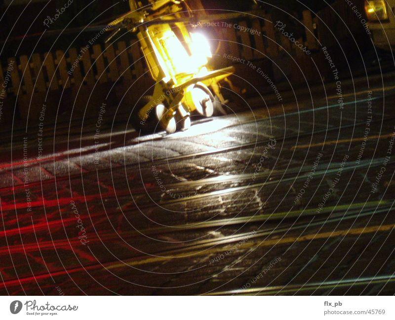 nachtarbeit Straße Arbeit & Erwerbstätigkeit Metall Eisenbahn Industrie Gleise Maschine Straßenbahn Glätten Nachtarbeit Öffentlicher Dienst
