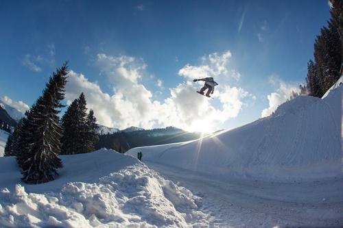 Gap Mensch Himmel blau Wolken Winter Berge u. Gebirge Umwelt Straße Schnee Stil Sport fliegen springen verrückt Geschwindigkeit hoch