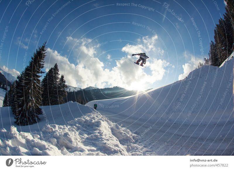 Gap Sport Wintersport Snowboard 1 Mensch Umwelt Himmel Wolken Schnee Alpen Berge u. Gebirge Geschwindigkeit blau Snowboarder Nervenkitzel springen fliegen