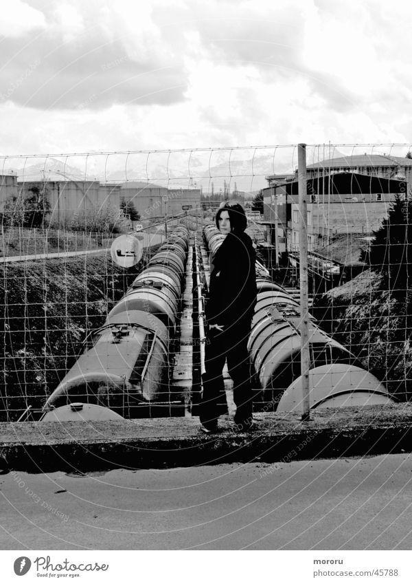 Human vs. Industry dunkel Frau Schwarzweißfoto Schwarzes Gold böse Stimmung böser Blick Industriefotografie