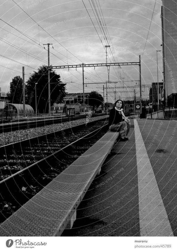 Geisterbahnhof Denken dunkle Stimmung Frau Schwarzweißfoto Bahnhof nachdenken bedrolich Geleise