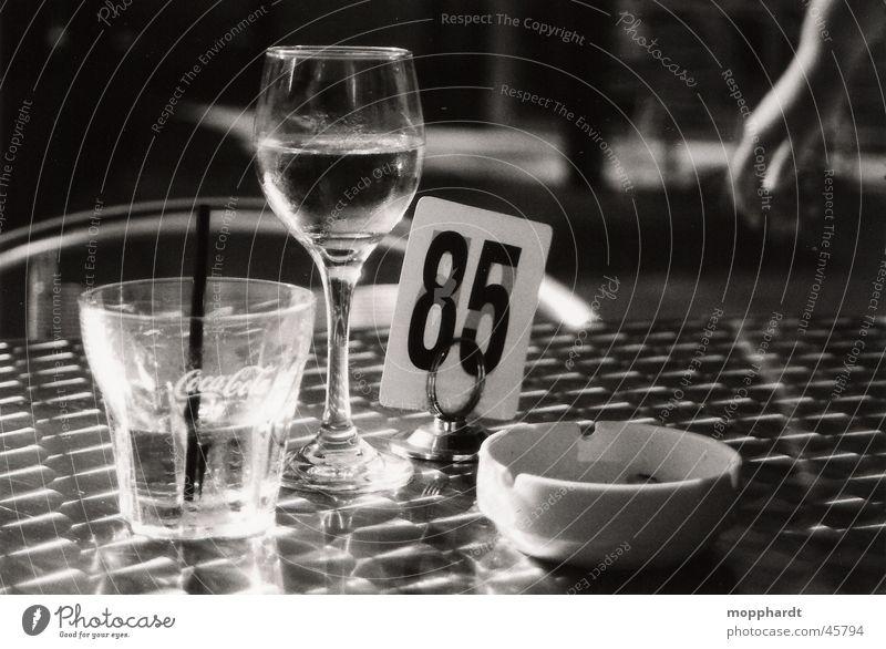 85 Getränk Restaurant Bar Aschenbecher ruhig Weinglas Schwarzweißfoto Alkohol Glas Wasser