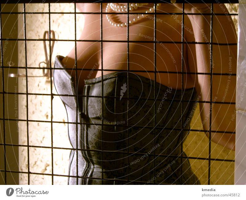 hinter Gitter Fetischismus Käfig Unterwäsche blond Frau Frauenbrust Detailaufnahme Schatten