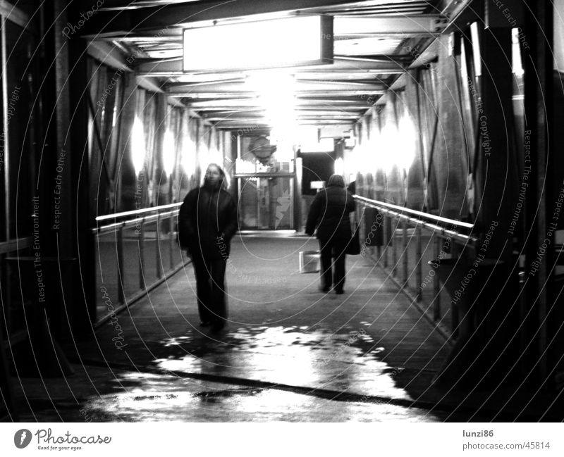 Über-gang Mensch Wasser dunkel Bewegung Regen hell Beleuchtung Angst nass Brücke Tunnel Eisenrohr feucht Panik Fußgänger