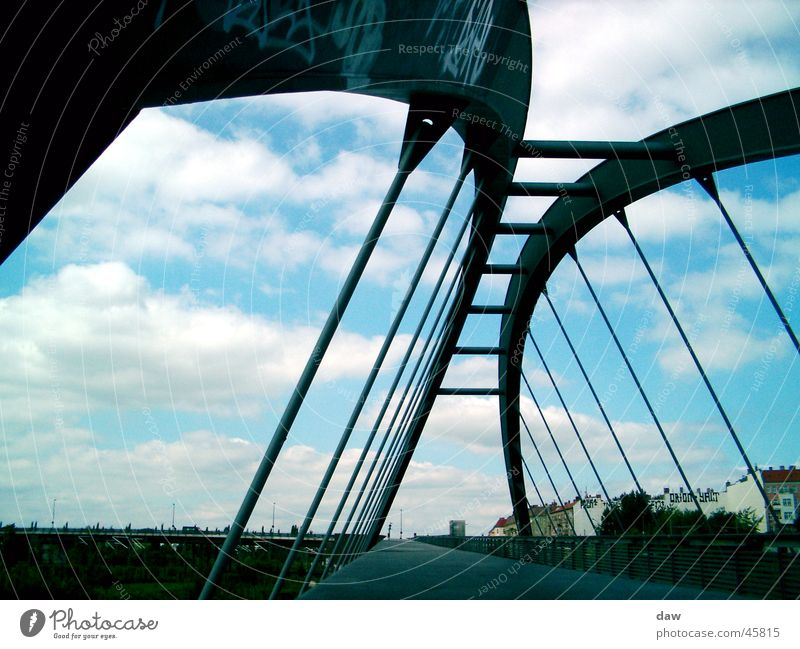 Berlin_Brücke Konstruktion Wolken Prenzlauer Berg Perspektive Wedding alter Mauerstreifen