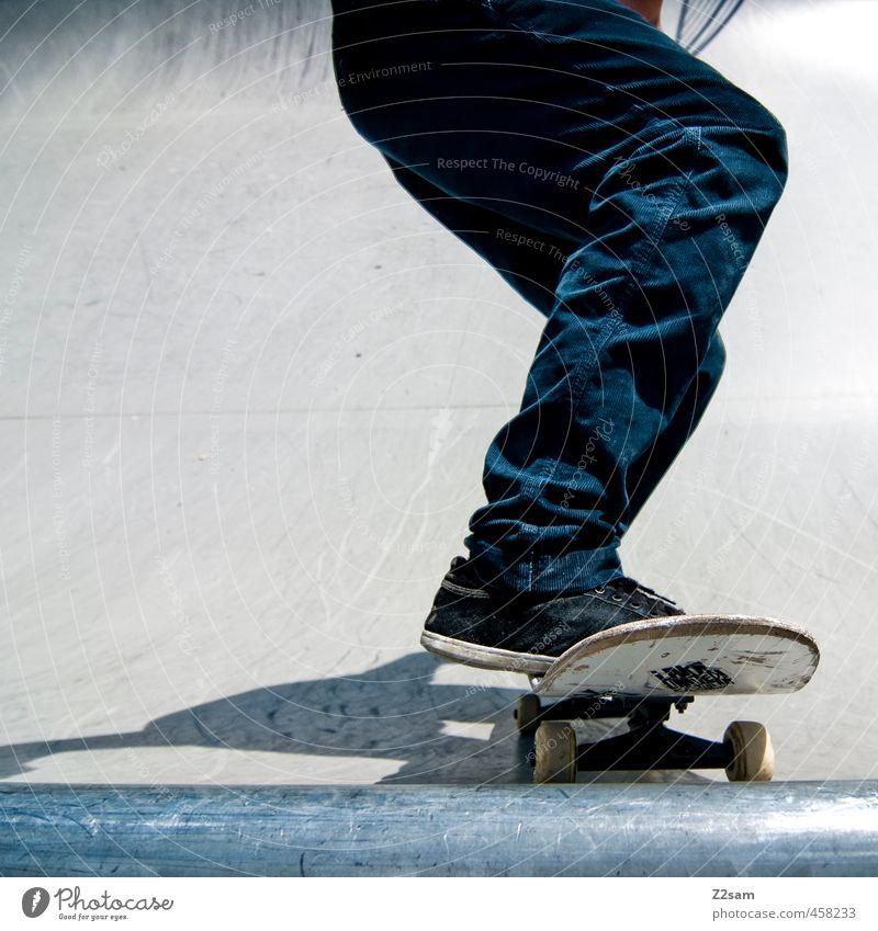 Drop in! Lifestyle Stil sportlich Skateboarding Beine 1 Mensch Halfpipe Sportpark Hose Turnschuh fahren Coolness trashig Stadt blau Mut Entschlossenheit