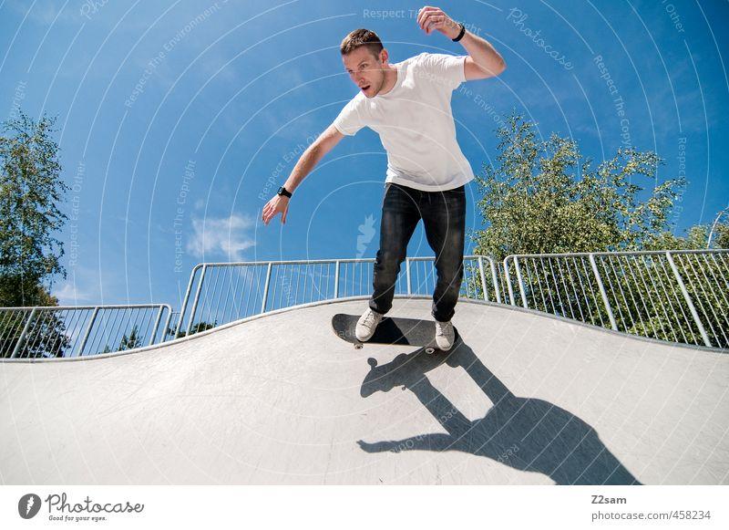 Auf die alten Tage! Lifestyle Stil sportlich Sport Skateboarding Funsport Junger Mann Jugendliche 18-30 Jahre Erwachsene Himmel Sommer Schönes Wetter Sportpark