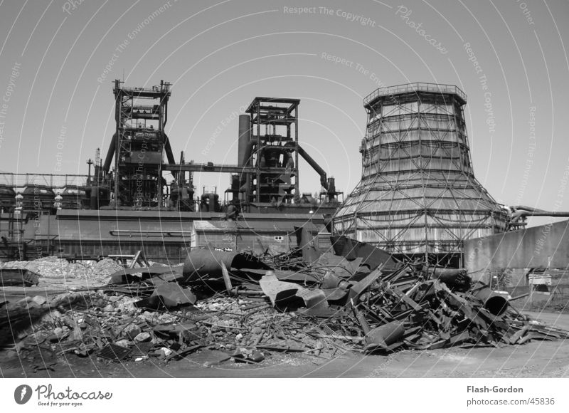 Mondlandschaft schwarz weiß Bauschutt Industrie Fabrik Stahlwerk bei Tag