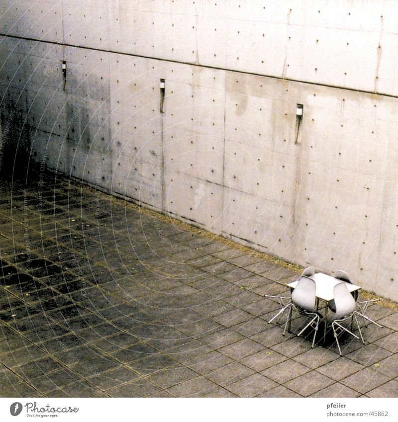 Gefängnishof dreckig Architektur Beton Tisch Stuhl Weil am Rhein Patina Innenhof Vitra Design Museum