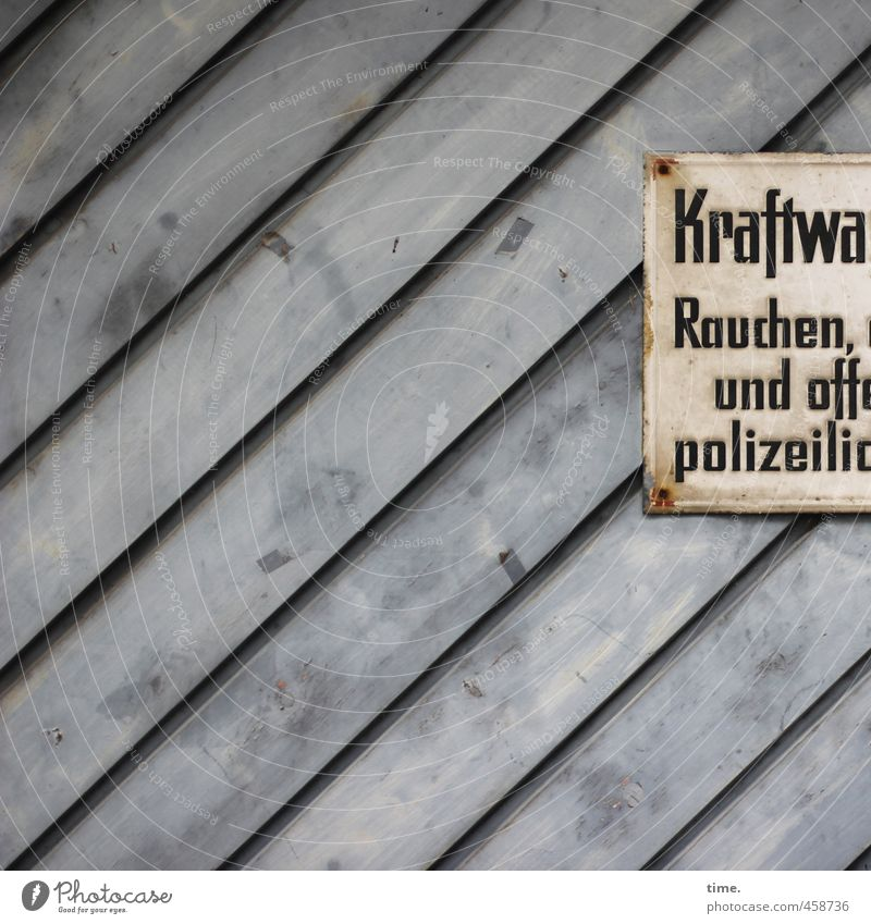 Innere Sicherheit alt gelb Wand Mauer grau Holz Fassade Verkehr Ordnung Hinweisschild bedrohlich Ziffern & Zahlen Schutz historisch Risiko