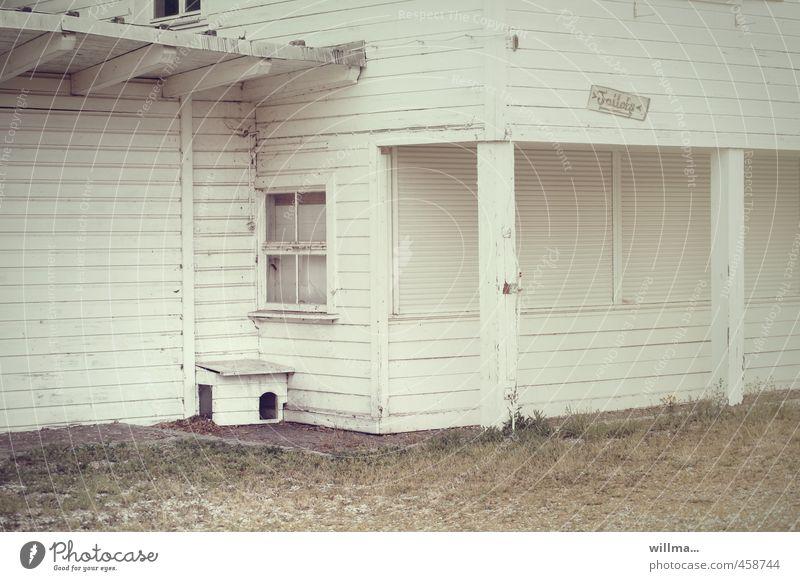 untermieters hüttengaudi... Gastronomie Haus Gebäude Architektur Holzhaus Toilette weiß Verfall Leerstand Baracke geschlossen leer Holzwand Holzhütte Fenster