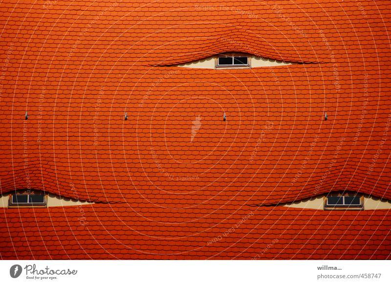schlupflid Haus Gebäude Architektur Fenster Dach Dachfenster Ziegeldach Dachgaube Fledermausgaube Rundfenster rot Überwachung Schlupflid Auge dreiäugig Farbfoto
