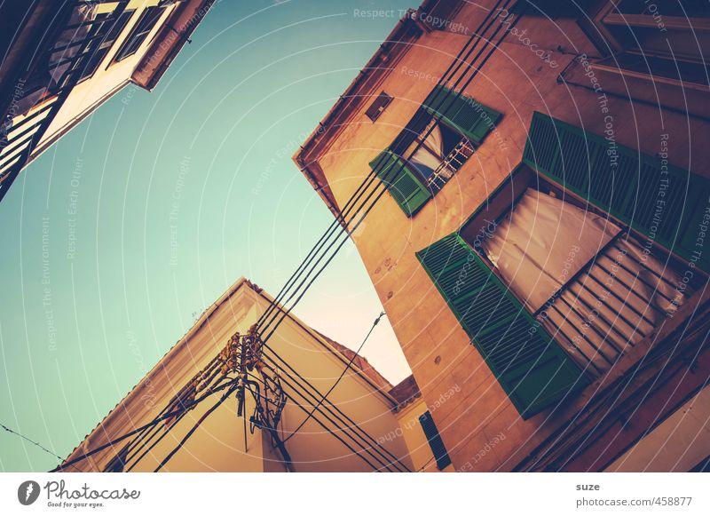 Einladend Ferien & Urlaub & Reisen Tourismus Städtereise Häusliches Leben Haus Himmel Wärme Stadt Altstadt Gebäude Architektur Mauer Wand Fassade Balkon Fenster