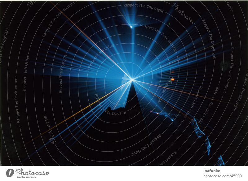 Laser blau Tropfsteinhöhle Lasershow dunkel schwarz Innenaufnahme