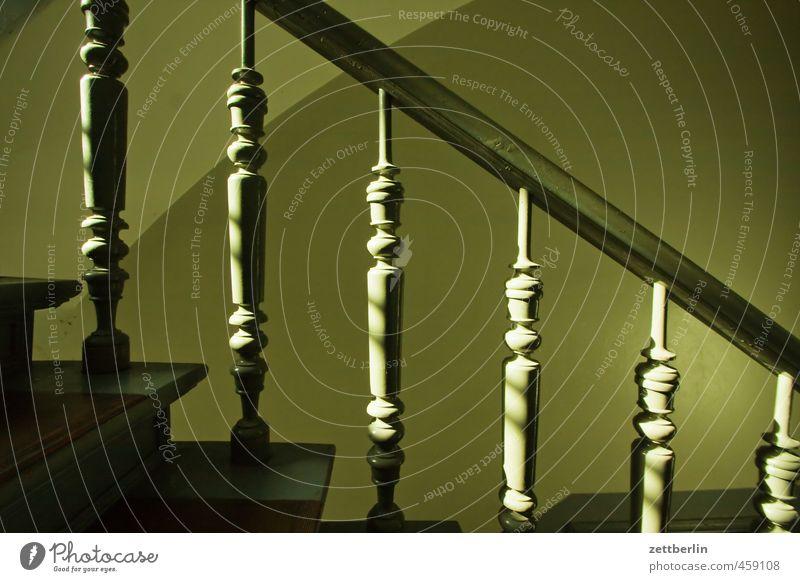Treppengeländer Sonne Häusliches Leben Wohnung Haus Stadtzentrum Bauwerk Gebäude Architektur Mauer Wand Holz alt Abstieg Altbau aufsteigen drechselarbeit Etage