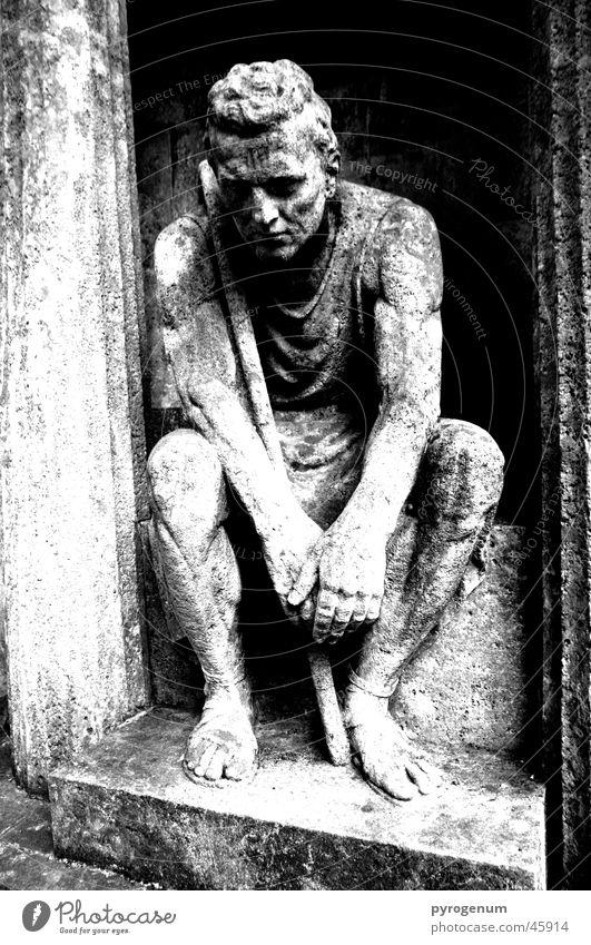 Der steinerne Wächter Statue Grab Friedhof schwarz weiß Trauer mystisch geheimnisvoll Außenaufnahme Weitwinkel Raum Kontrast Säule geheimnissvoll depremiert