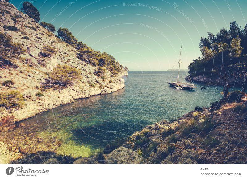 Einsame Bucht Natur Ferien & Urlaub & Reisen Sommer Baum Meer Einsamkeit Landschaft Strand Berge u. Gebirge Reisefotografie Küste Wasserfahrzeug Felsen Idylle